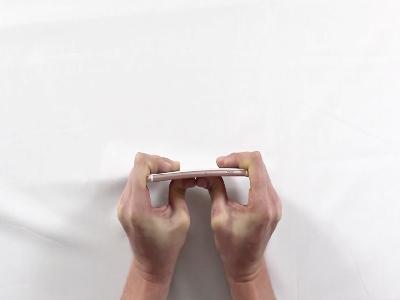 Bẻ cong iPhone 6s Plus: Không dễ đâu nhé!