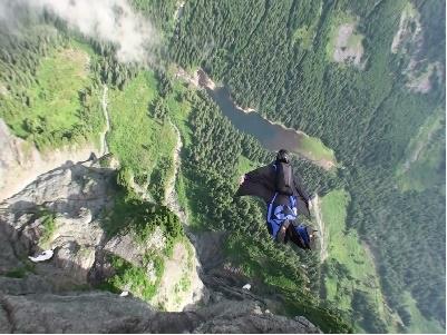 Lao người xuống vách núi với cánh dơi tự chế