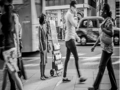 Tại sao đứng im một chỗ còn mỏi hơn cả đi bộ