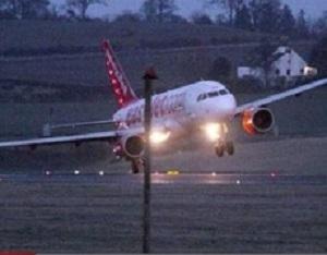Xem máy bay Boeing 777 hạ cánh trong cơn bão cấp 12 như thế nào