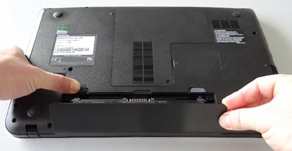 Làm sạch ngăn pin và kết nối lại để sửa lỗi laptop không nhận pin
